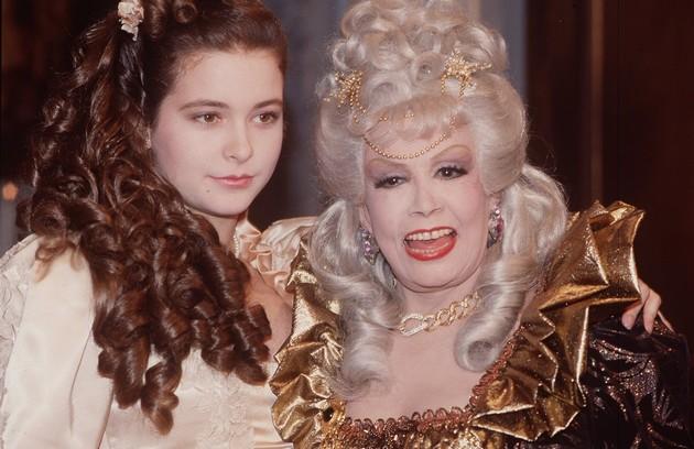Cláudia Abreu e Dercy Gonçalves em cena de 'Que rei sou eu?', de Cassiano Gabus Mendes, também de 1989 (Foto: Arquivo)