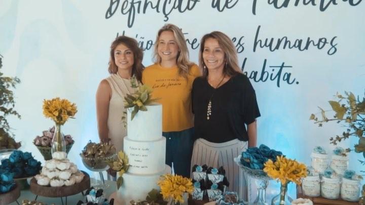 Fernanda Gentil cercada pela namorada e pela mãe (Foto: Reprodução)