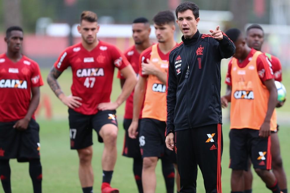 Mauricio comandando treino do Flamengo antes da pausa do Brasileiro, em junho (Foto: Gilvan de Souza/Flamengo)