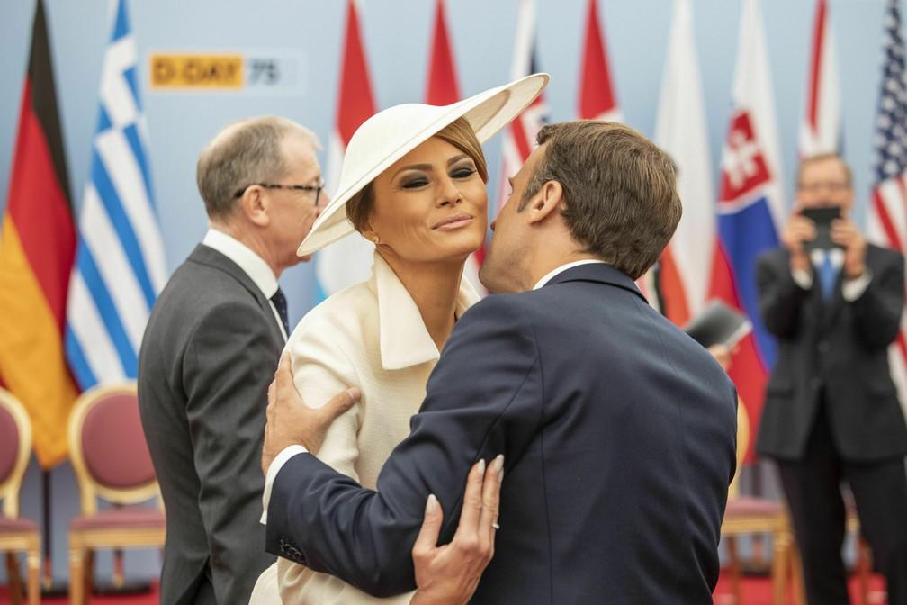 """Presidente francês, Emmanuel Macron, cumprimenta a primeira-dama americana, Melania Trump, durante celebrações pelos 75 anos do """"Dia D"""" em Portsmouth, Inglaterra, nesta quarta-feira (5). — Foto: Jack Hill/Pool via AP"""