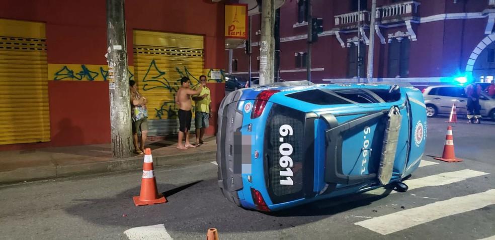 Viatura da PM capota no Centro Histórico de Salvador e deixa feridos — Foto: Adenilton Paim