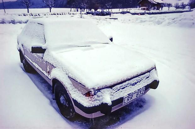 O Ford Escort fabricado no Brasil coberto de gelo na Suécia em 1984 (Foto: Acervo MIAU - Museu da Imprensa Automotiva)