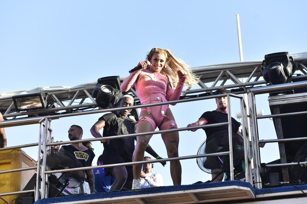 Antes do look de Dora Aventureira, Pabllo se apresentou com um body rosa — Foto: Elias Dantas/Ag. Haack