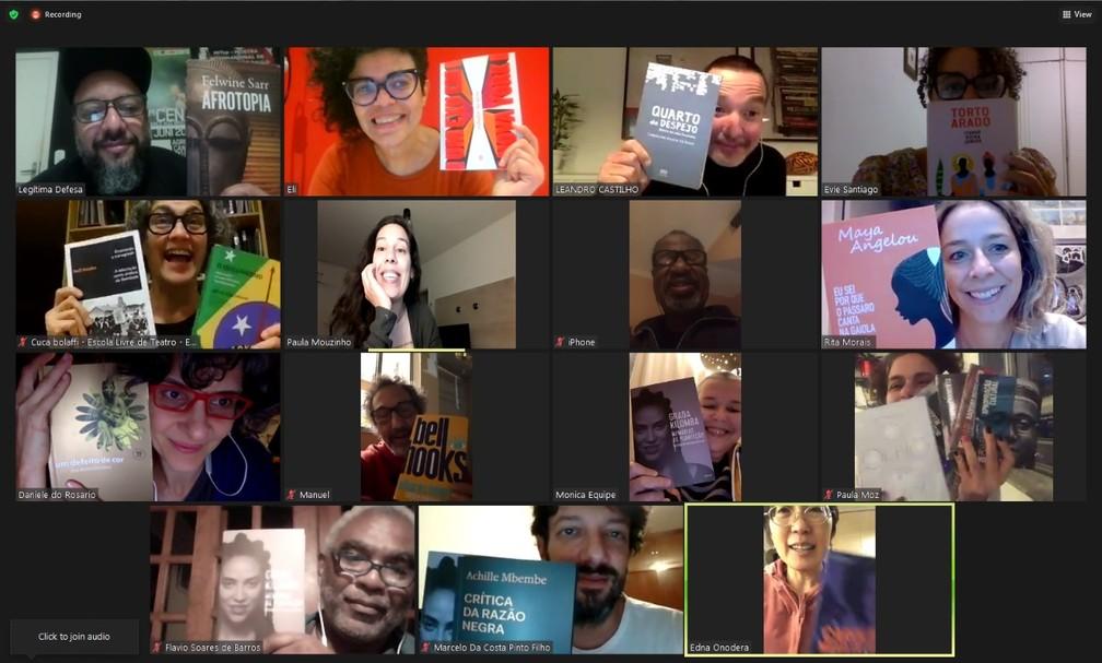 Pais e mães de alunos do Colégio Equipe mostram o que estão lendo em reunião do grupo que formaram para reivindicar ações antirracistas da escola — Foto: Arquivo Pessoal