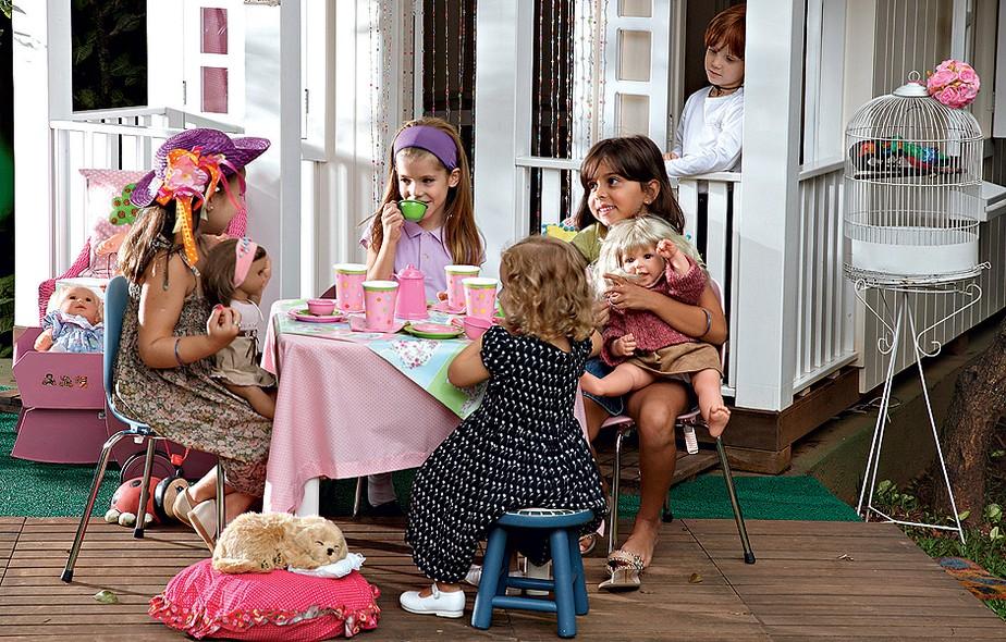 Nesta brincadeira, menino não entra, fica só de espectador. O chá de bonecas é uma tradição que encanta até hoje entre as garotas. Arrume a mesa com acessórios cor-de-rosa e chame as amiguinhas. Produção de Cláudia Pixu