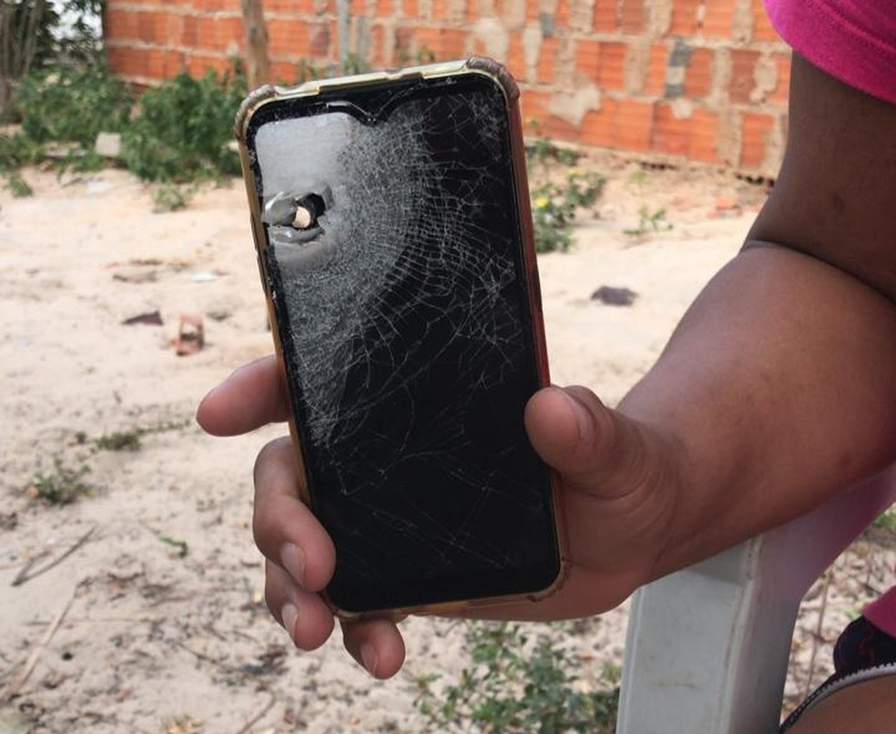 Celular que estava com Everaldo Santos da Costa, 42 anos, no momento em que ele foi morto — Foto: Reprodução