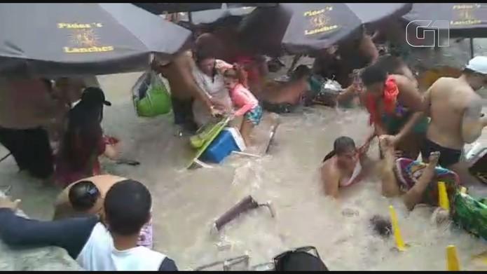 Mar arrasta banhistas em praia de Guarujá (SP) — Foto: Reprodução