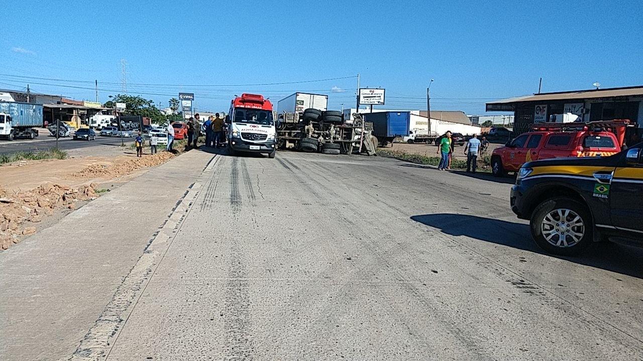 Acidente entre três caminhões interdita km 419 da BR-020, na Grande Fortaleza