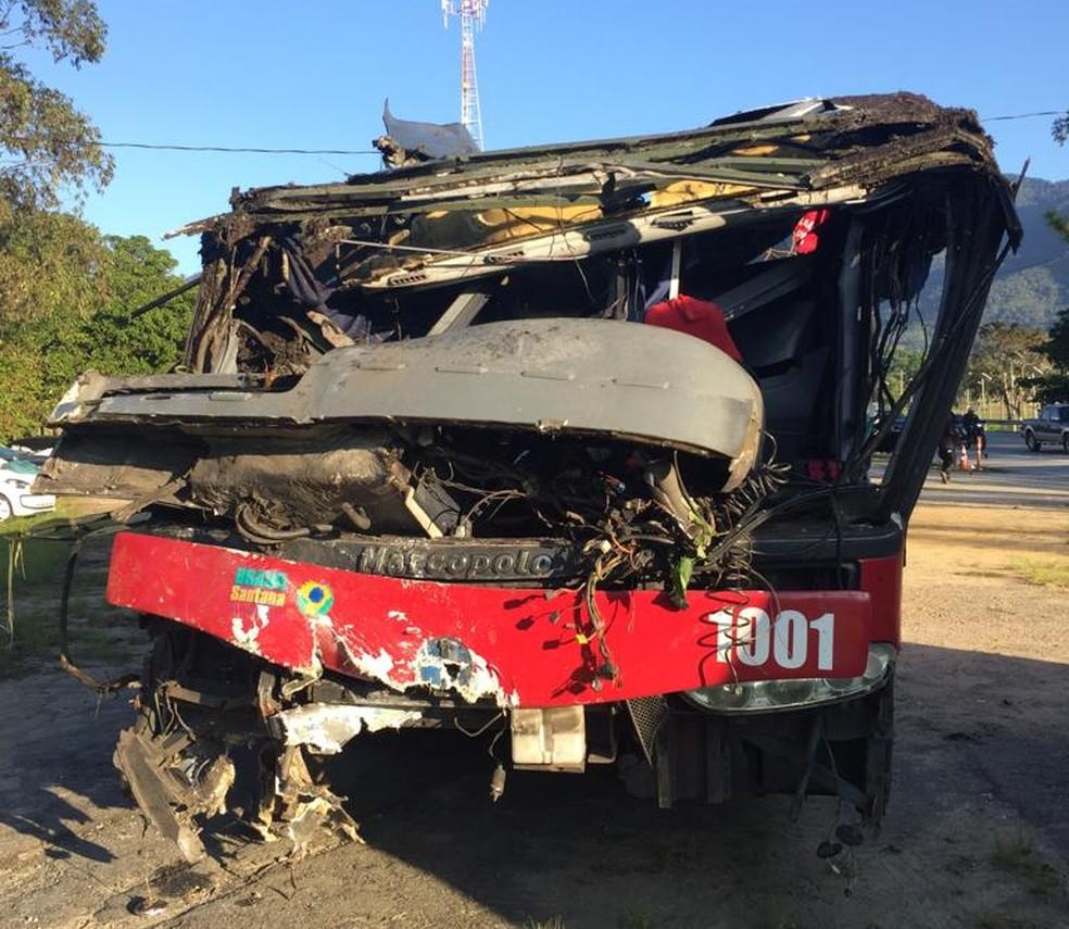 Ônibus que tombou na rodovia Floriano Rodrigues Pinheiro ficou destruído — Foto: Vanessa Vantine/TV Vanguarda