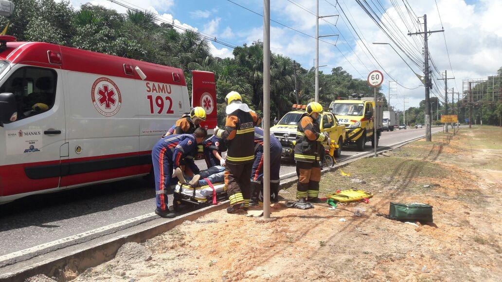 Homem fica ferido após capotamento em avenida da zona Oeste de Manaus