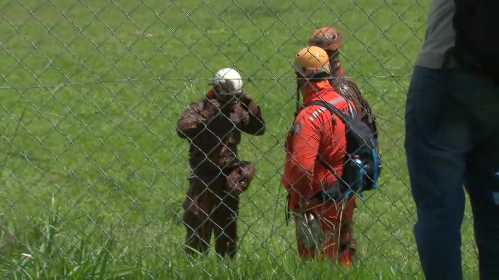 Bombeiro sujo de lama durante busca por vítimas de lama de barragem da Vale em Brumadinho (MG) — Foto: Reprodução/MG