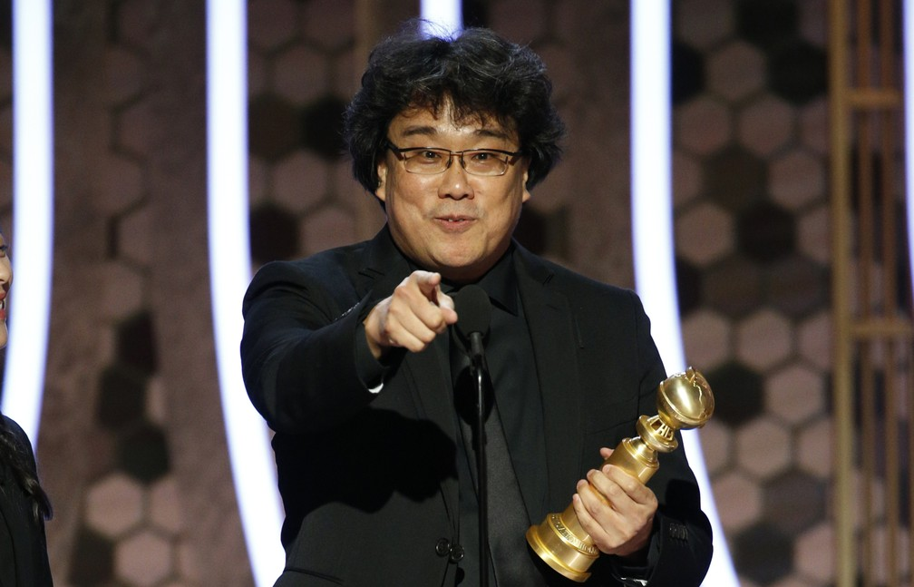 """Diretor Bong Joon Ho recebe o Globo de Ouro de melhor filme estrangeiro por """"Parasita"""" — Foto: Paul Drinkwater/NBC via AP"""