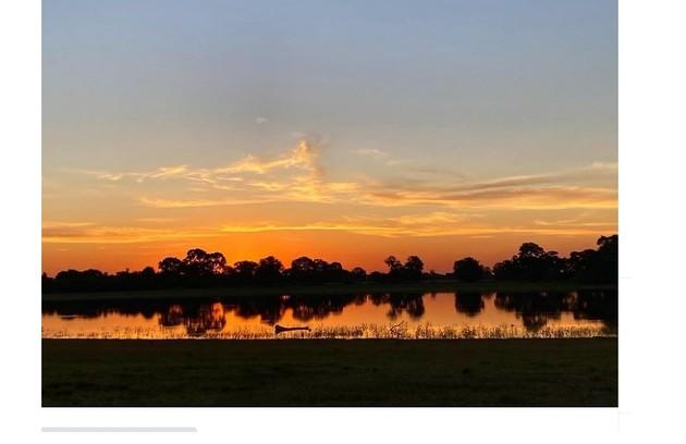 O pôr do sol no Pantanal sul-matogrosse registrado por Renato Góes (Foto: Reprodução/Instagram)