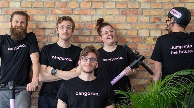 Adam Mikkelsen (sentado ao centro) e a equipe da Cangoroo (Foto: Divulgação)