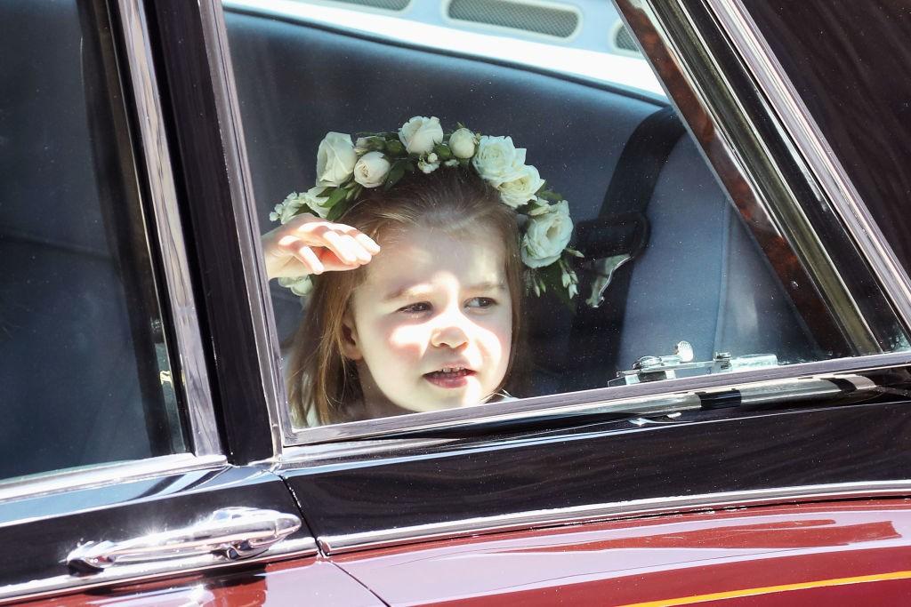 Charlotte observa a movimentação ao redor da Capela de dentro do carro (Foto: Getty Images)