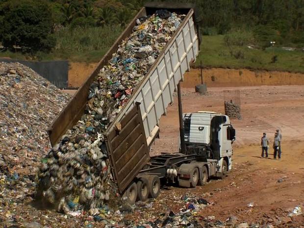 Por dia, aterro sanitário gera cerca de 135 mil litros de chorume (Foto: Reprodução/TV Gazeta)