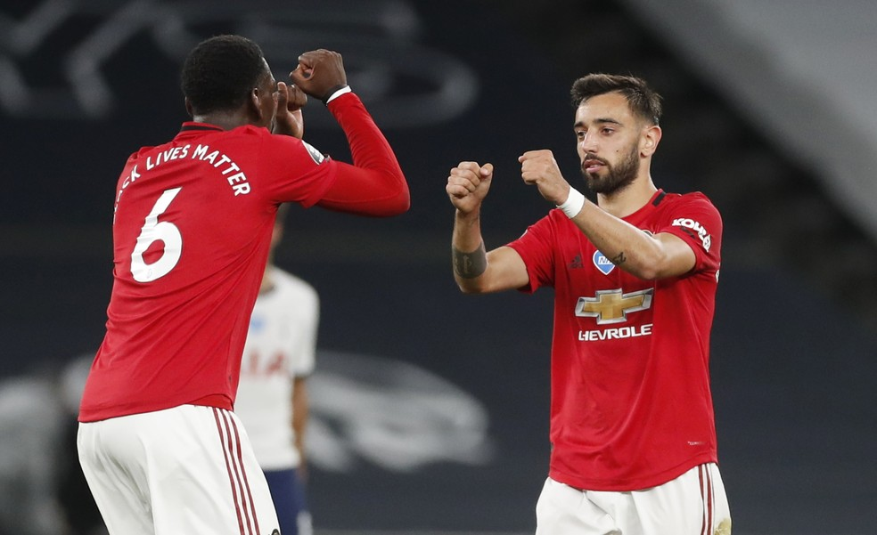 Pogba e Bruno Fernandes comemoram o gol do Manchester United; português vive boa fase — Foto: Reuters