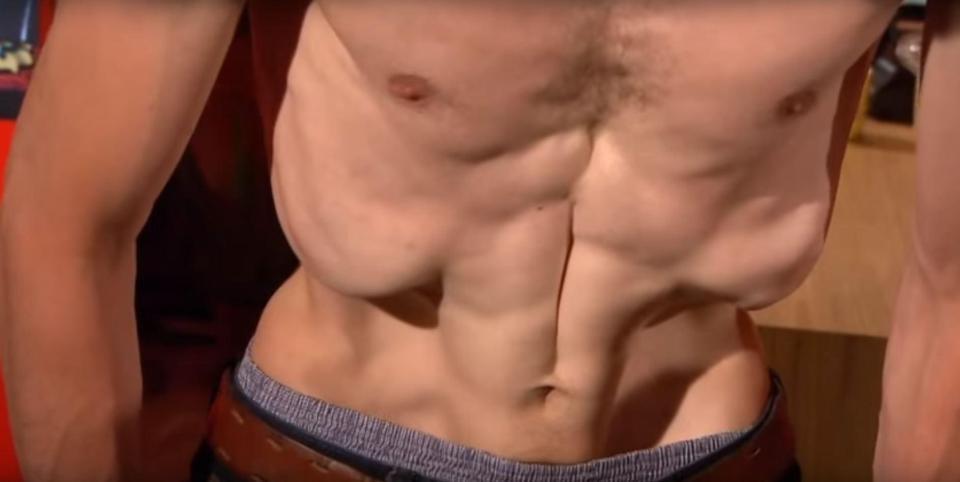 Homens também praticam a forma inusitada de ioga