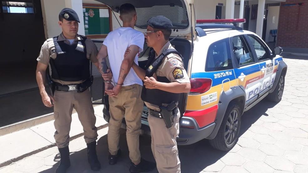 Segundo a PM, homem confessou que levava as drogas — Foto: Polícia Militar / Divulgação