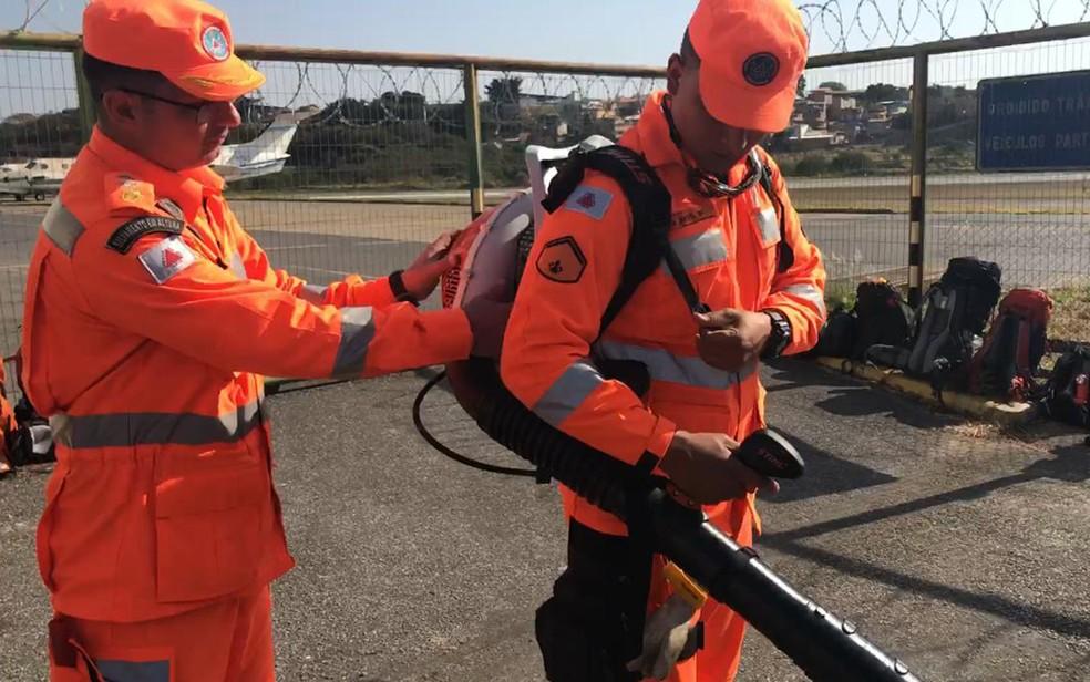 Bombeiros de Minas mostram equipamento que será usado no combate aos incêndios na Amazônia Legal — Foto: Raquel Freitas/G1