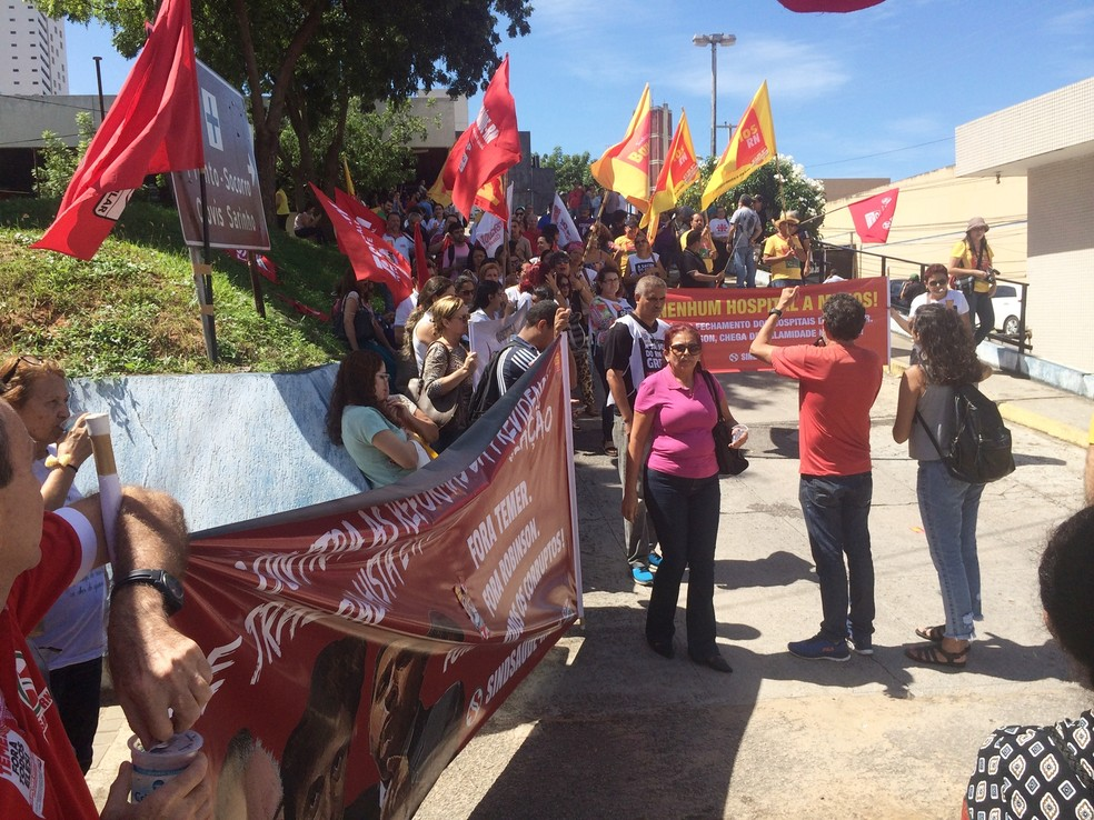 Protesto começou em frente ao Hospital Monsenhor Walfredo Gurgel, na Av. (Foto: Ítalo Sales/Inter TV Cabugi)