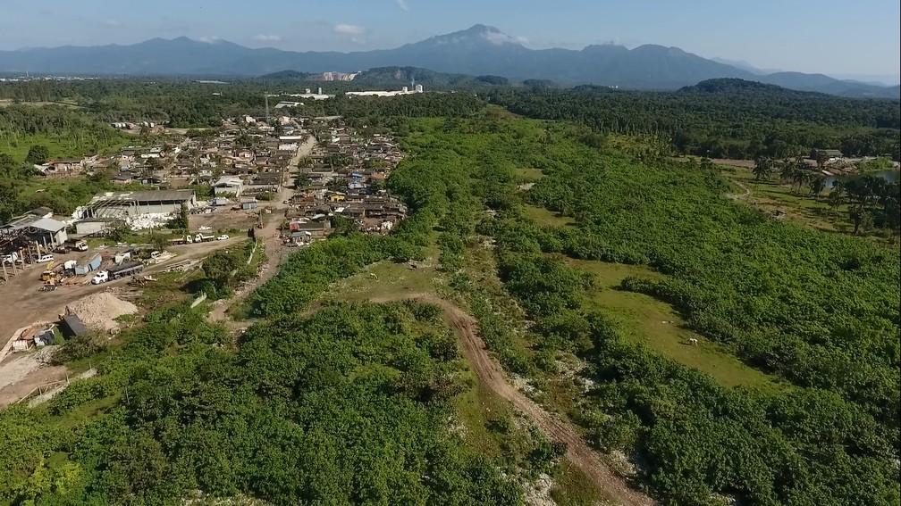 Vila Santa Maria, em Paranaguá, se desenvolveu no entorno de um lixão (Foto: Weliton Martins/RPC)