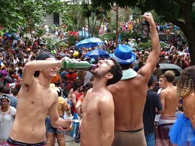 Jovens bebem catuaba em desfile