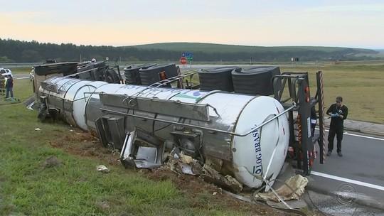 Motorista morre após caminhão tombar em curva de rodovia em Sarapuí