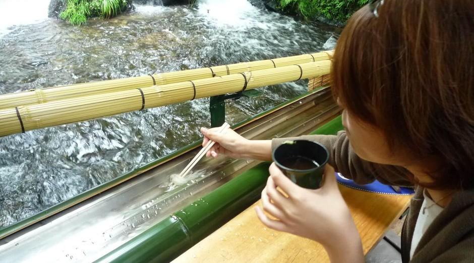 No restaurante Hirobun, os clientes precisam pescar sua própria comida (Foto: Divulgação)