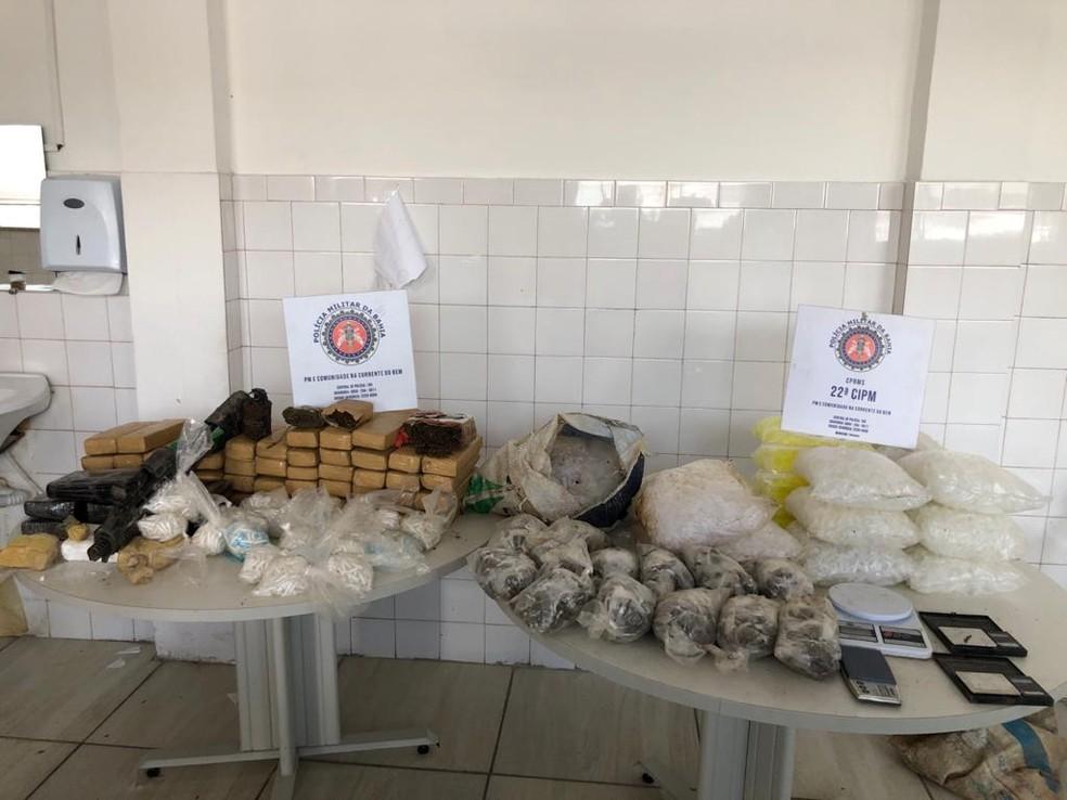 Cerca de cinco mil porções de drogas e uma granada são encontradas enterradas em Simões Filho — Foto: Divulgação / SSP-BA