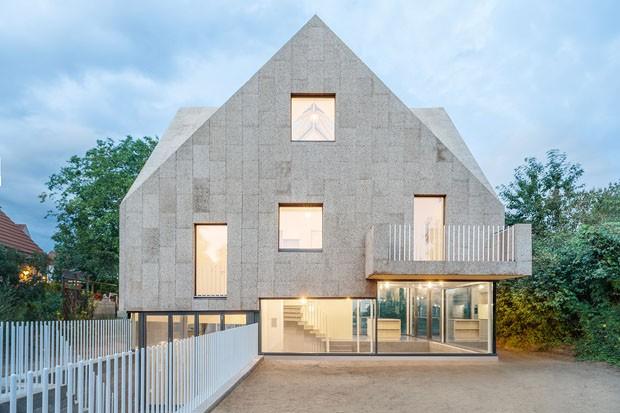 Casa tem fachada e telhado cobertos com cortiça