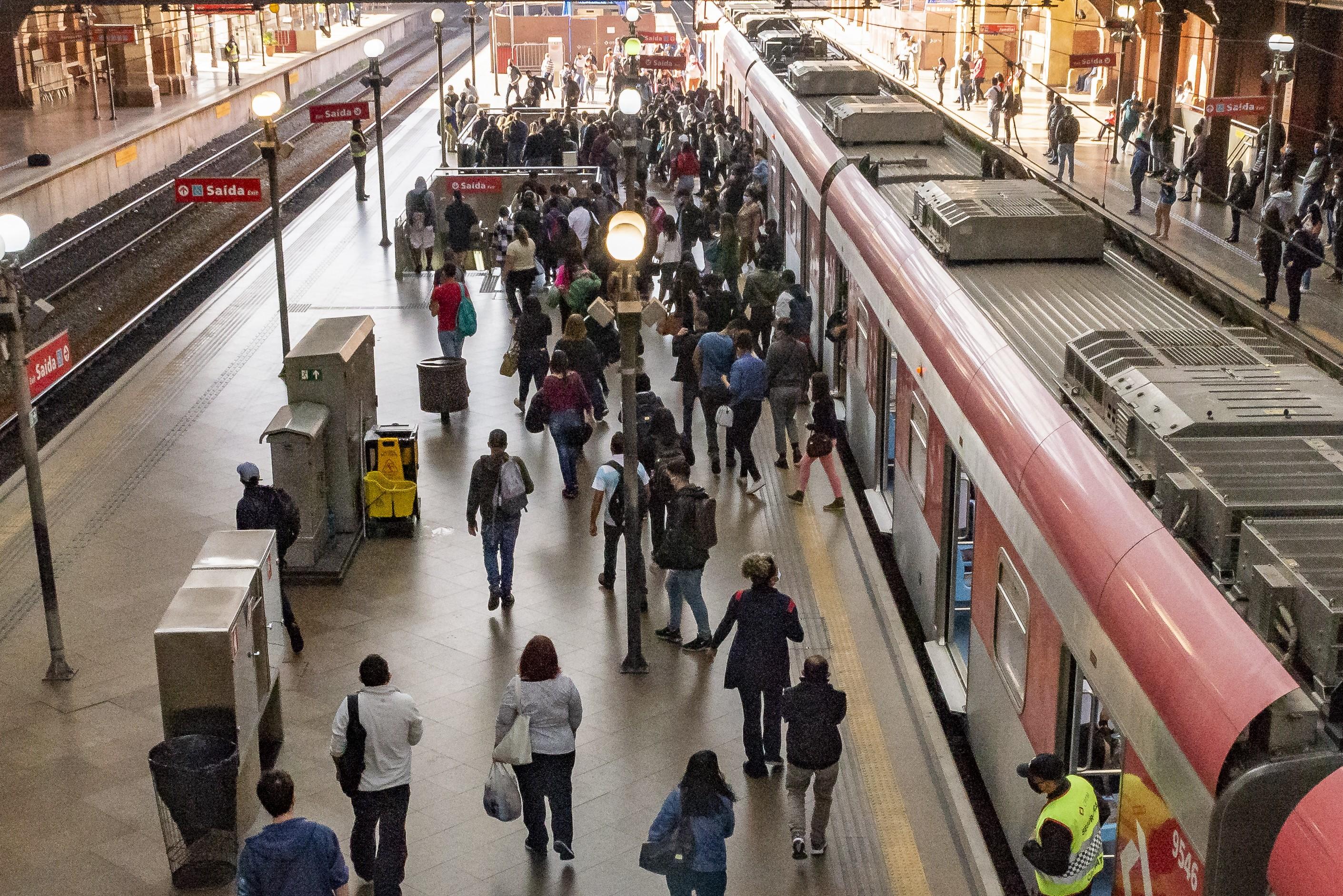 Governo de SP quer que horário de pico nos transportes seja usado somente para profissionais de serviços essenciais