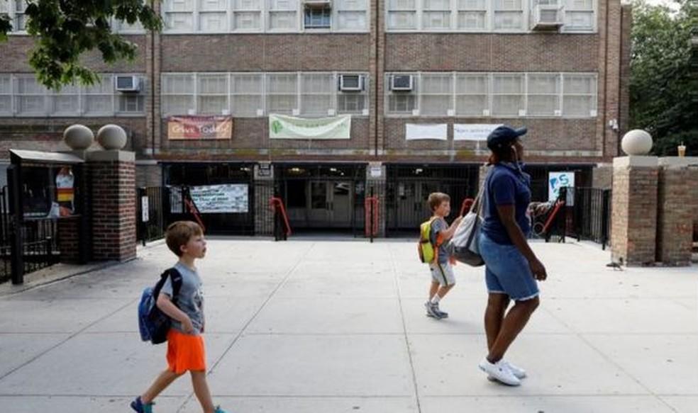 """Como e quando reabrir escolas, lembra o relatório, """"é uma das decisões mais difíceis e sensíveis das agendas políticas"""" da atualidade — Foto: Reuters"""