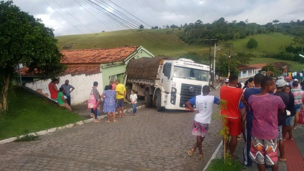 Apesar de pessoas estarem dentro da casa, não houve feridos. (Foto: Site Voz da Bahia / Marcello Dial)