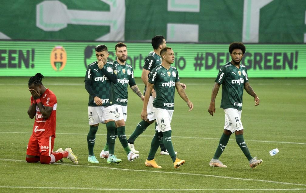 Jogadores do Palmeiras após eliminação na Copa do Brasil — Foto: Marcos Ribolli