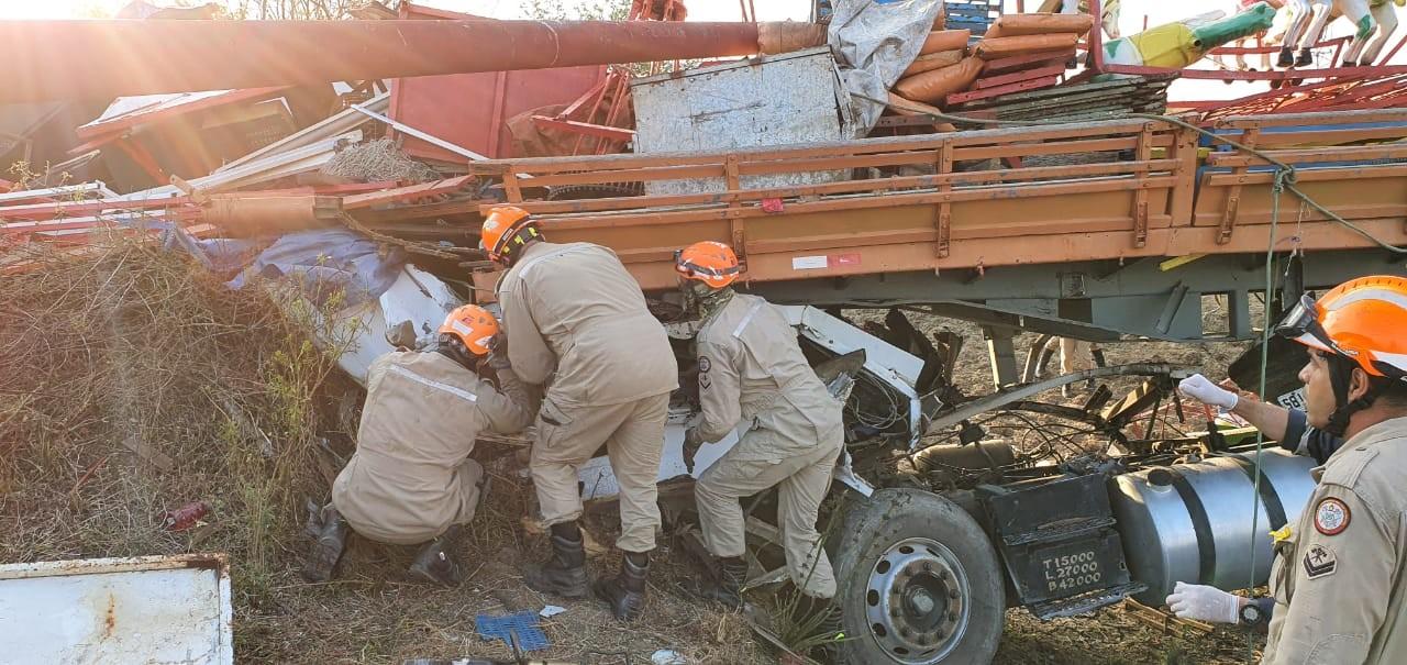 Acidente com caminhão deixa dois mortos e um ferido, em Campina Grande