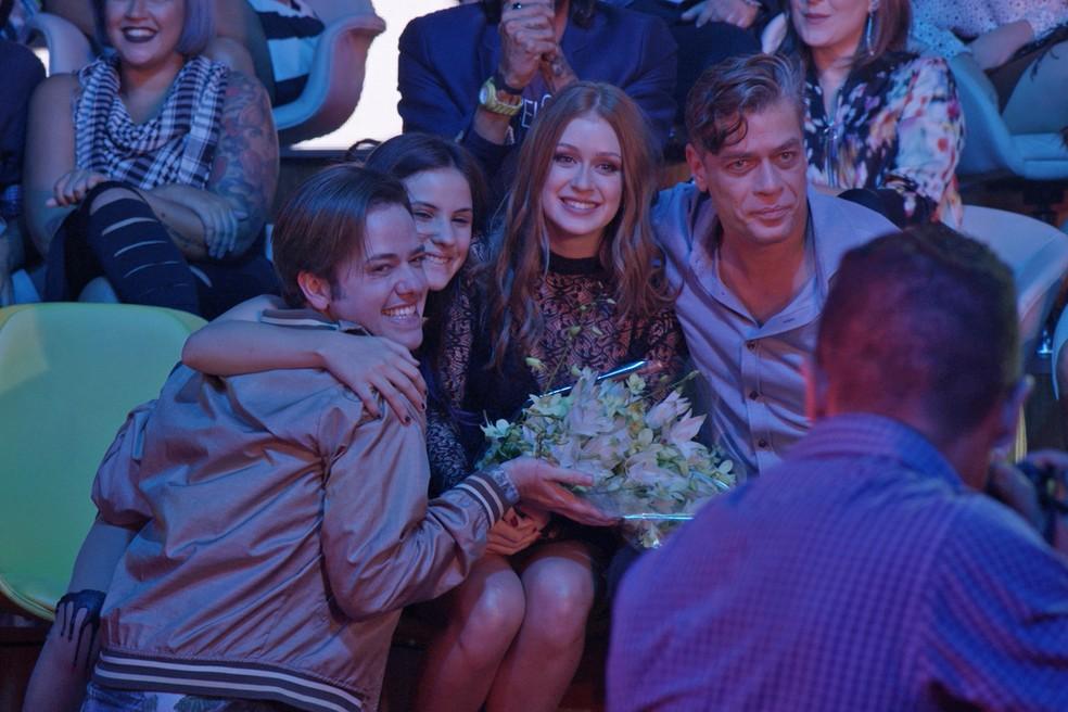 Eliza comemora ao lado de Arthur, Max e Jojô — Foto: TV Globo