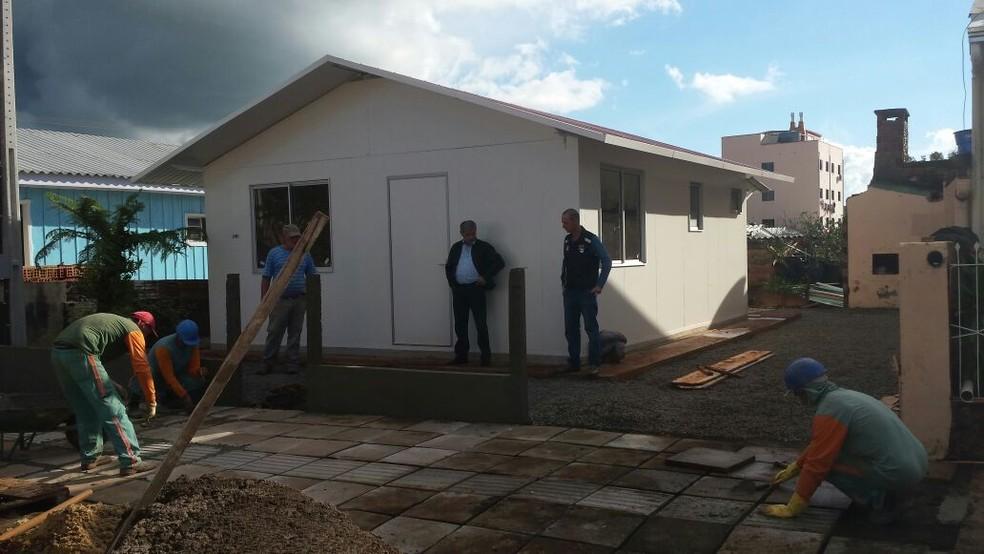 Casas modulares foram entregues em Xanxerê (Foto: Defesa Civil/Divulgação)