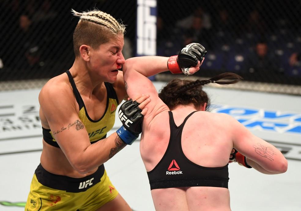 Molly McCann (dir.) venceu Priscila Pedrita por decisão unânime no UFC Londres — Foto: Getty Images