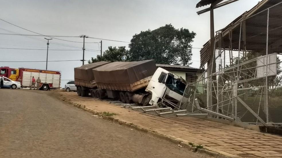 O veículo atravessou a BR-373, que é de pista dupla, desceu um barranco e só parou quando atingiu a escola (Foto: Vanessa Rumor/RPC)