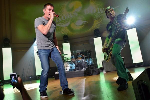 O músico Todd Harrell com seus ex-colegas de 3 Doors Down (Foto: Getty Images)