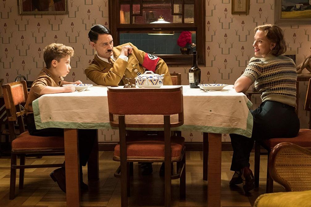 "Roman Griffin Davis, Taika Waititi e Scarlett Johansson em cena de ""Jojo Rabbit"" — Foto: Divulgação"