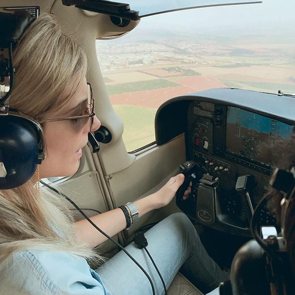"""""""No Oriente Médio, os homens apertam a mão do piloto, mas da mulher, não"""" (Foto: Arquivo pessoal)"""