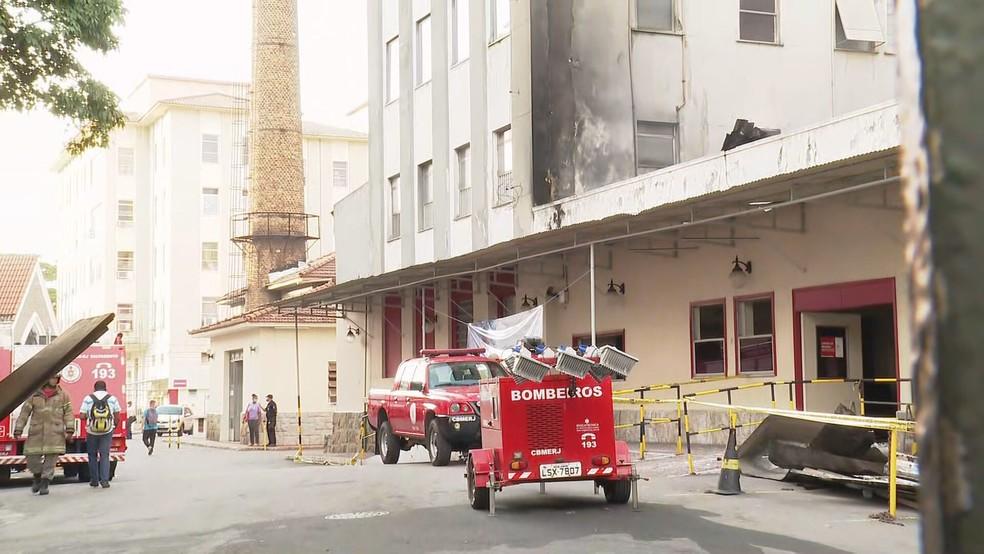 Bombeiros trabalham há quase 48 horas no Hospital Federal de Bonsucesso — Foto: Reprodução/TV Globo