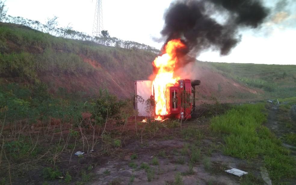 Caminhão tombou e pegou fogo no sul da Bahia (Foto: Divulgação/PRF)
