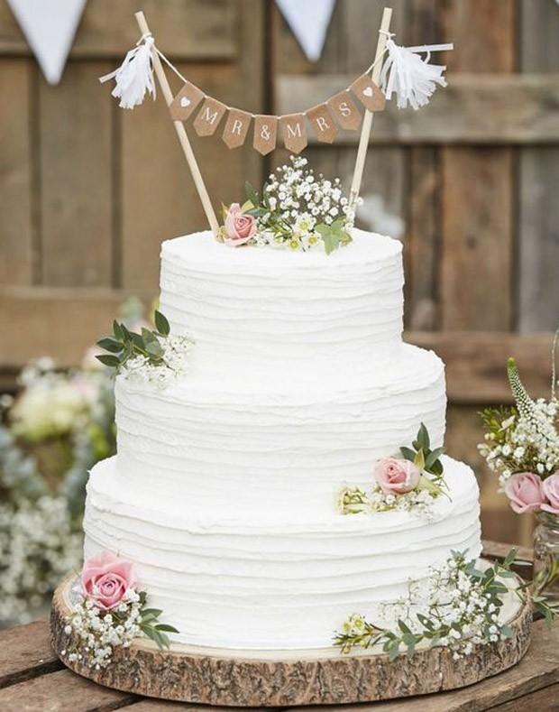 Topo de bolo de casamento: Bandeirolas  (Foto: Pinterest/Reprodução)