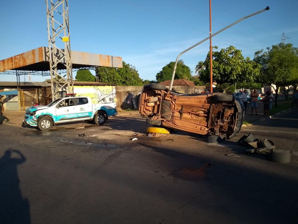 Carro avança sinal vermelho e é atingido por viatura da PM em Boa Vista