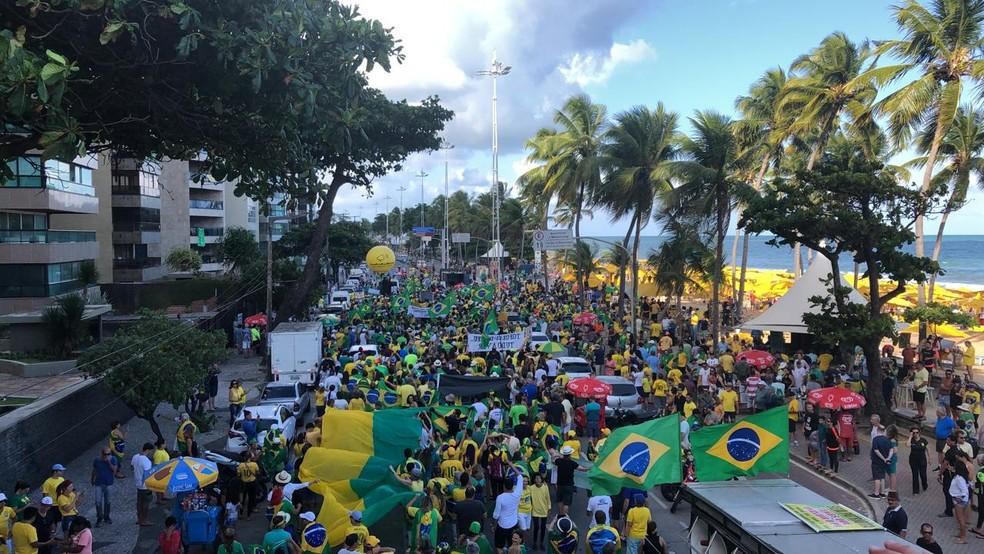Protesto contra a decisão sobre prisão após 2ª instância ocupa a Avenida Boa Viagem, no Recife (PE) — Foto: Marina Meireles/G1