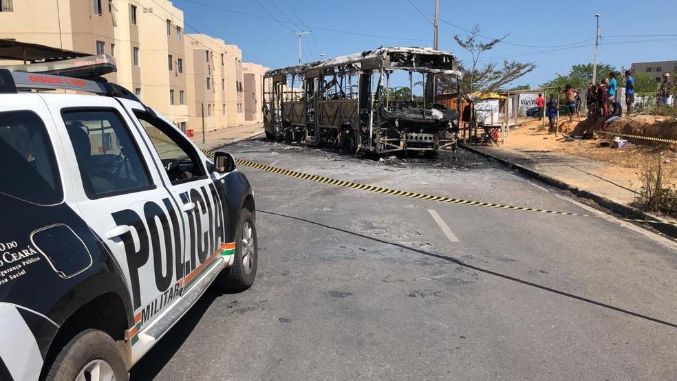 Ônibus é incendiado por criminosos no Conjunto Alameda das Palmeiras, no Bairro Ancuri, em Fortaleza. — Foto: Paulo Sadat/ TV Diário