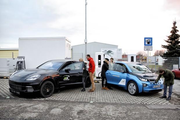 Estação de recarga ultrarrápida da Porsche e BMW em ação na Alemanha (Foto: DIvulgação/BMW)
